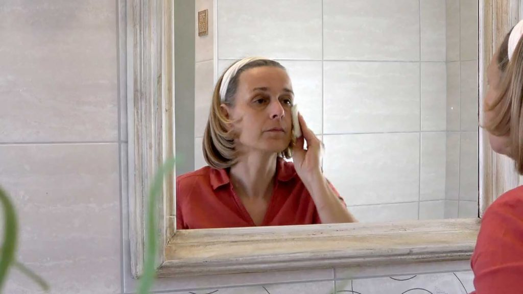 Az arcápolási tippek első legfontosabbika a rendszeres arctisztítás