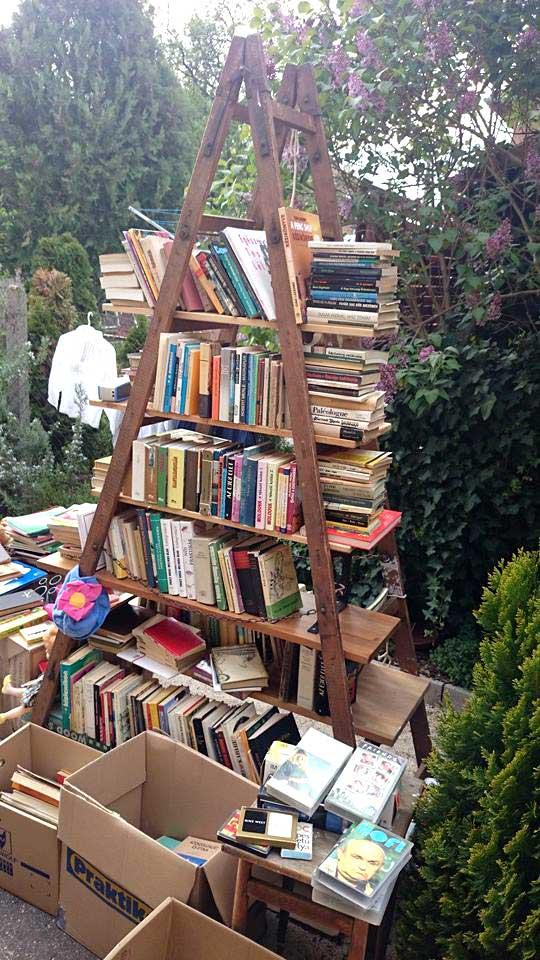 garázsvásár könyvekkel a Wekerle telepen, Budapest