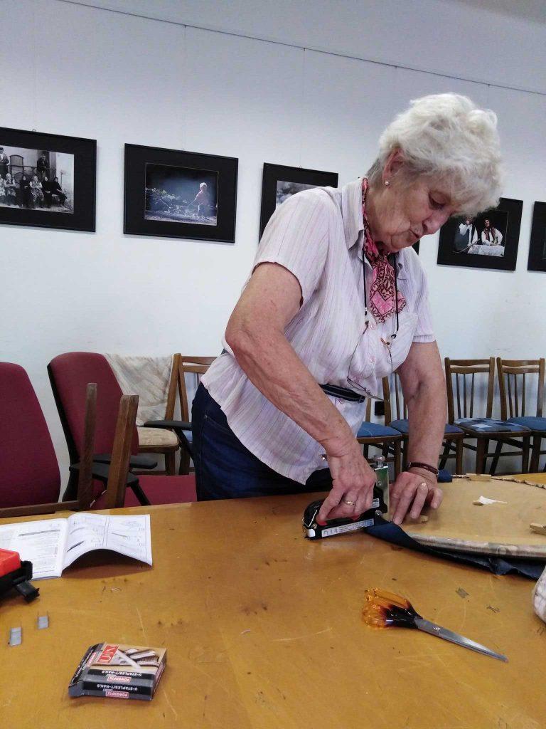 szék javítás egy közösségi javítóműhelyben