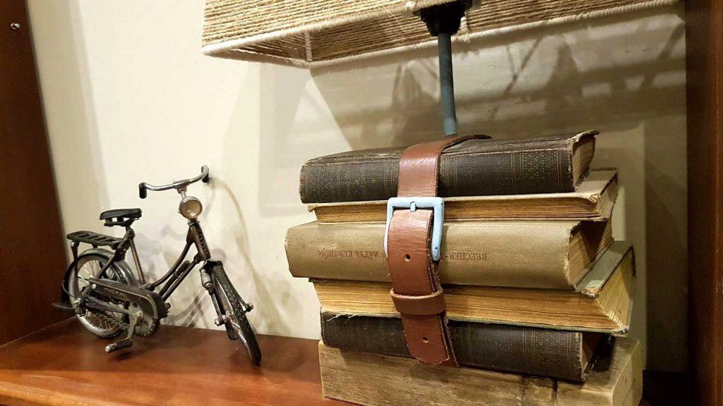 régi könyvek és bőröv, kerékpár darabok - upcycling dekoráció